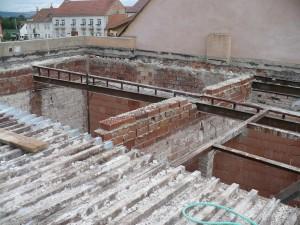 Původní plechový strop.